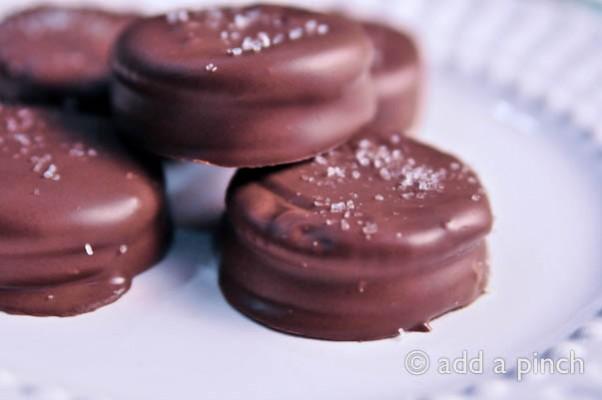 Chocolate Peanut Butter Ritz Crackers | addapinch.com