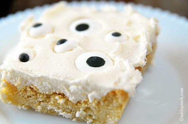 Eyeball Halloween Cookie Cake | ©addapinch.com
