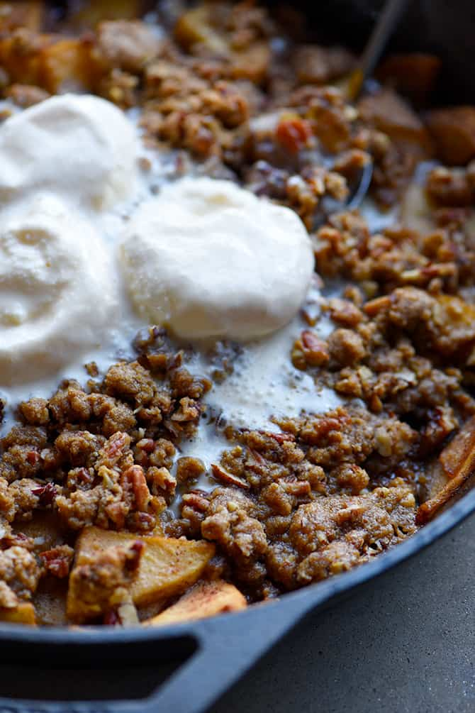 Skillet Apple Crisp Recipe - This easy skillet apple crisp recipe has a blend of tender, sweet and tart apples topped with a buttery, crisp topping that doesn't require a lot of butter! // addapinch.com