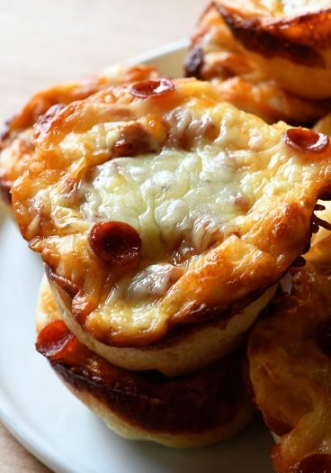 Deep Dish Pizza Cups Recipe - These deep dish pizza cups make a fun and delicious way to serve everyone's favorite pizza!// addapinch.com