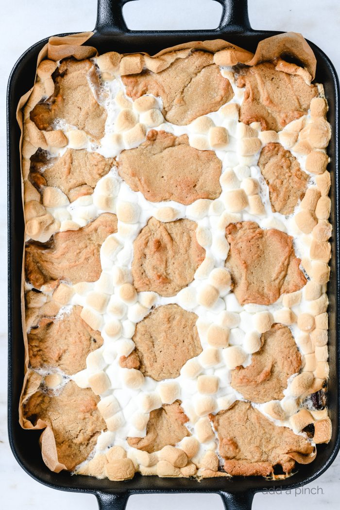 S'mores bars make an easy way to enjoy everyone's favorite campfire treat without having to camp! These easy s'mores bars are made with a delicious peanut butter blondie crust! // addapinch.com